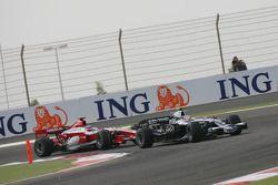 Kazuki Nakajima, Williams F1 Team, FW30 leads Takuma Sato, Super Aguri F1, SA08