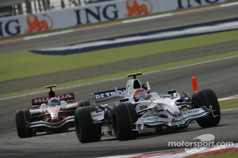 Robert Kubica, BMW Sauber F1 Team, F1.08 leads Anthony Davidson, Super Aguri F1 Team, SA08