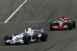 Nick Heidfeld, BMW Sauber F1 Team, Heikki Kovalainen, McLaren Mercedes