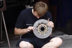 Механики команды ART Grand Prix проверяют тормозные диски