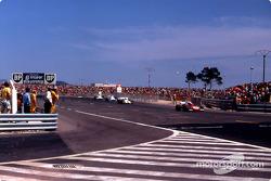 Regazzoni, llevando la persecución detrás de Stewart