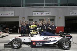 Чемпион 2008 года в серии GP2 Азия Ромен Грожан вместе с командой