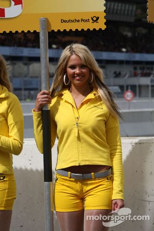 The signs of the grid girls were in the style of the new sponsor Deutsche Post: shaped like stamps