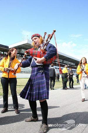 Bagpipe player on the grid