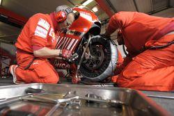 Члены команды Ducati за работой