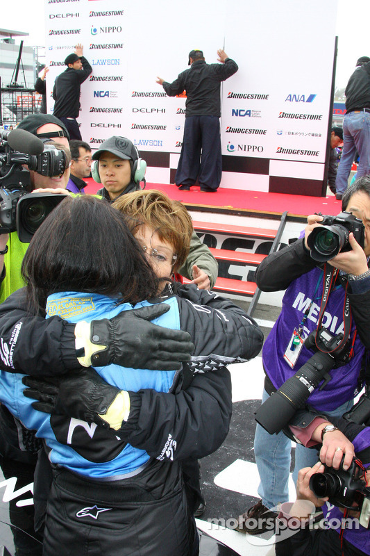 Mãe de Danica Patrick abraça filha