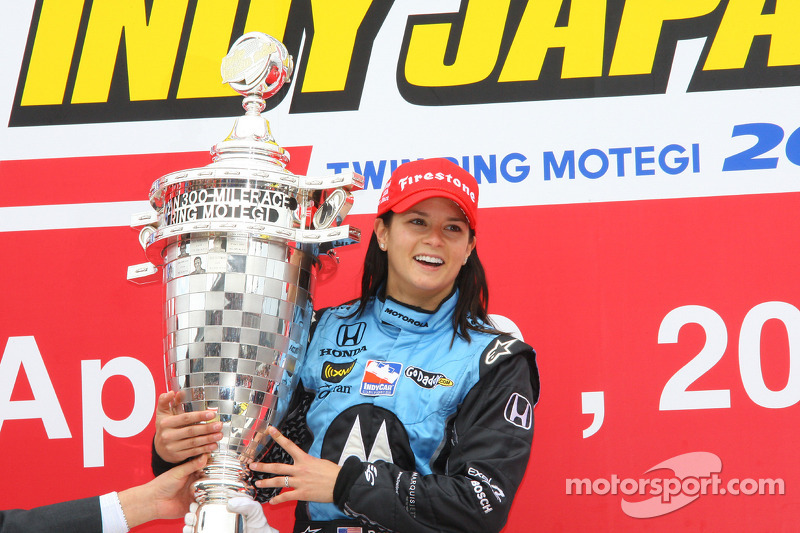 Podio: ganador de la carrera Danica Patrick celebra con el trofeo