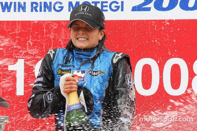 Podio: ganador de la carrera Danica Patrick celebra