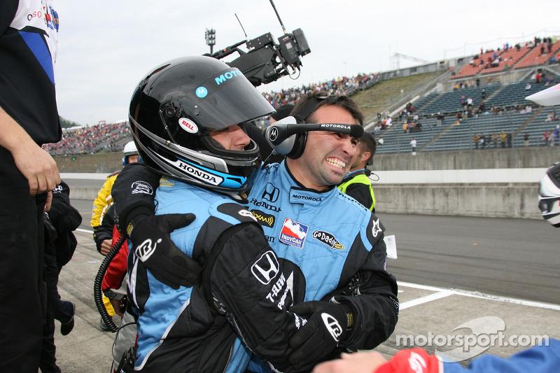 Miembros del equipo Andretti Green Racing celebran con Danica Patrick ganadora del Indy Japón 300