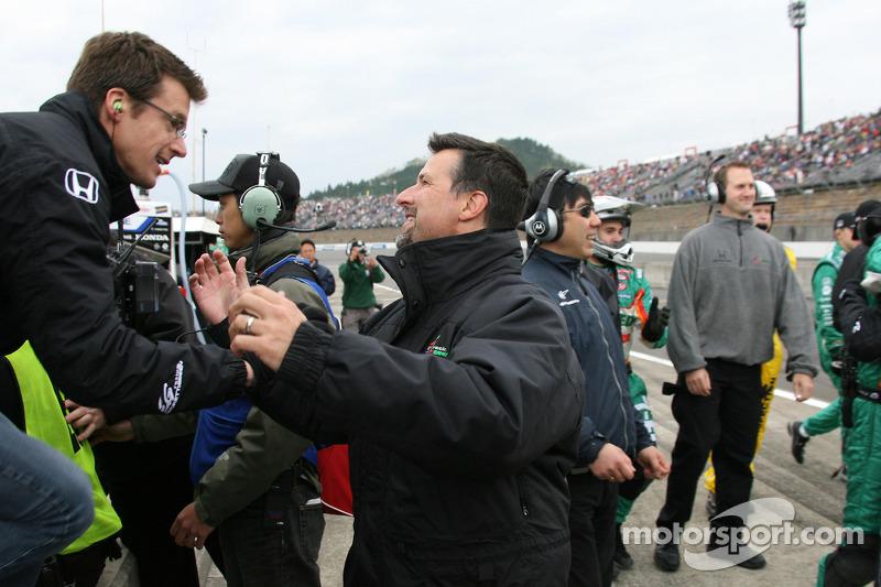 El esposo de Danica Patrick Paul y Michael Andretti celebran el triunfo de Danica Patrick en el Indy Japan 300