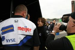 La mamá de Danica Patrick celebra con su hija en la Indy Japan 300