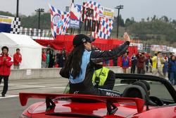 Danica Patrick effectue un tour dans la voiture de sécurité pour fêter sa victoire