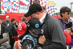 Ganador de la carrera Danica Patrick celebra con Brian Barnhart