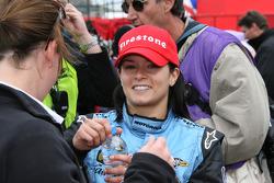 Ganador de la carrera Danica Patrick da entrevistas