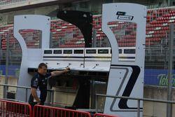 Williams F1 Team, construct their pitwall gantry