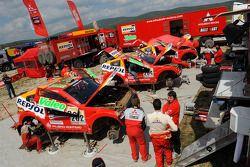 Le garage de l'équipe Repsol Mitsubishi Ralliart