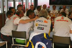 Reunión de jefe de equipo , Ron Dennis, McLaren, director del equipo, Presidente, Nick Fry, Honda Ra