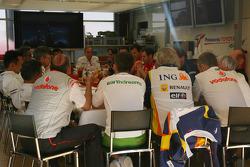 Reunión de jefes de equipo, Bernie Ecclestone, Presidente y Director General de administración de F1, Ron Dennis, McLaren, director del equipo, Presidente, Flavio Briatore, Renault F1 Team, jefe del equipo, Director General