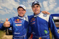 Los ganadores del rally, Carlos Sainz y Michel Périn, celebran el triunfo