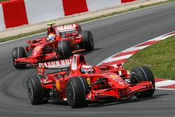 Kimi Raikkonen, Scuderia Ferrari, F2008, por delante de Felipe Massa, Scuderia Ferrari, F2008
