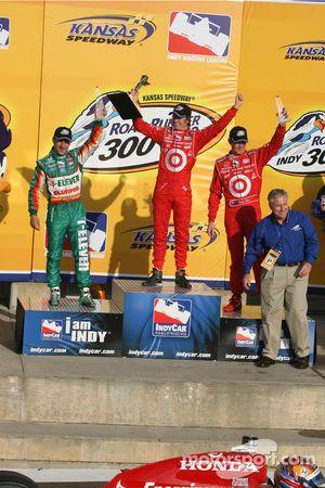 Podium: race winner Dan Wheldon with Tony Kanaan and Scott Dixon