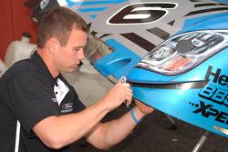 Un technicien du Michael Shank Racing au travail