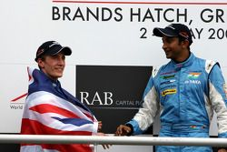 Podium: race winner Narain Karthikeyan with Robbie Kerr