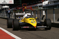 Рене Арну за рулем гоночного автомобиля команды Renault
