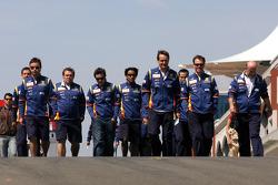 Fernando Alonso, Renault F1 Team, Sakon Yamamoto, Test Driver, Renault F1 Team