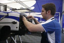 Un mécanicien de David Price Racing au travail