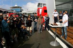 Nick Heidfeld, BMW Sauber F1 Team consu pastel de cumpleaños