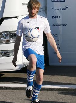 Nick Heidfeld, BMW Sauber F1 Team juegan futbol