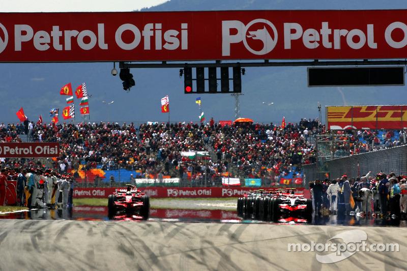 Felipe Massa, Scuderia Ferrari and Heikki Kovalainen, McLaren Mercedes leave the grid