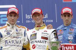 Romain Grosjean célèbre la victoire sur le podium avec Vitaly Petrov et Sebastien Buemi