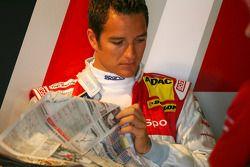 Тимо Шайдер читает газету