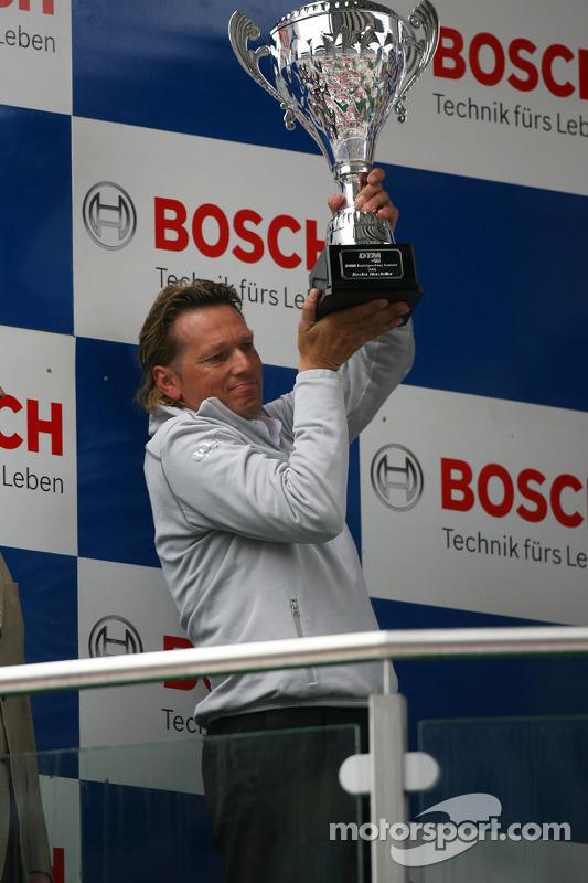 Podium: Hans-Jürgen Mattheis, le team manager de HWA, avec le trophée des constructeurs