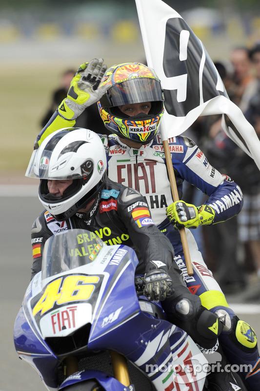 Valentino Rossi celebra sus 90 victorias de carreras e iguala el récord establecido por el gran Angel Nieto, Rossi en una vuelta de la victoria