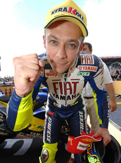 Победитель гонки - Валентино Росси празднует 90ую победу в карьере