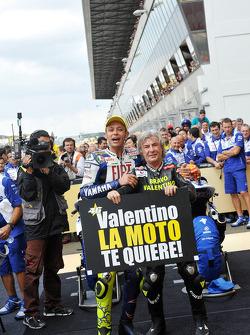 Победитель гонки - Валентино Росси празднует 90ую победу в карьере с Анхелем Нието