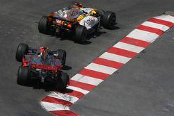 Фернандо Алонсо, Renault F1 Team, R28 и Льюис Хэмилтон, McLaren Mercedes, MP4-23