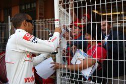 Льюис Хэмилтон, McLaren Mercedes раздает автографы