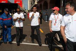 Льюис Хэмилтон, McLaren Mercedes, Педро де ла Роса, тестовый пилот McLaren Mercedes и Хейкки Ковалайнен, McLaren Mercedes