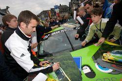 Romain Dumas signe des autographes