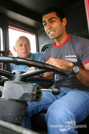 Karun Chandhok, Hispania Racing F1 Team, bezoek aan de Cosworth-fabriek in Northhampton