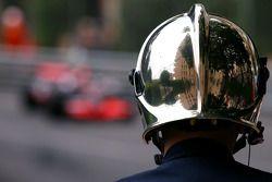 Пожарный и Льюис Хэмилтон, McLaren Mercedes