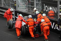 Marshalls remove the car of Heikki Kovalainen, McLaren Mercedes