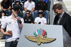 Alex Lloyd receiving an award for his 2007 Freedom 100 victory