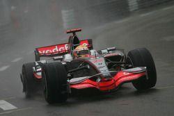 Lewis Hamilton, McLaren Mercedes, MP4-23, avec une roue cassée et un pneu crevé