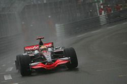 Льюис Хэмилтон, McLaren Mercedes, MP4-23 с проколотым колесом