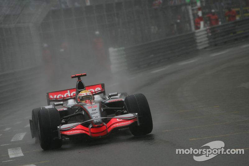 Lewis Hamilton, McLaren Mercedes, MP4-23, broken wheel ve flat tyre